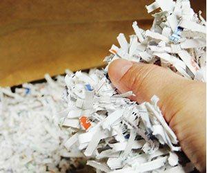 シュレッダーに処理された紙