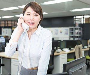 電話にでる女性社員