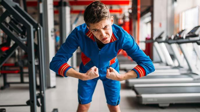 アスレチッククラブで身体を鍛える男性