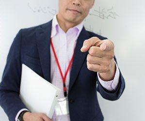 指を指す男の人