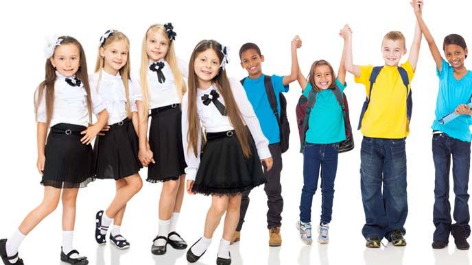 瀟洒な制服の少女たちとカジュアルウェアの子供たち
