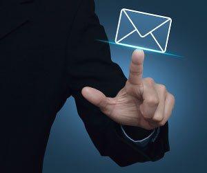 メールに指を指す人の手