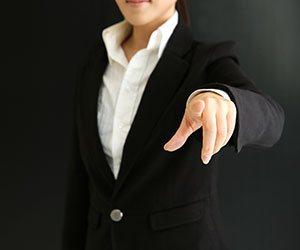 指を指す女の人