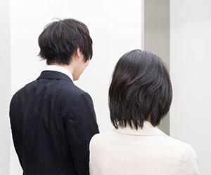 エレベーターの前に立つ人達