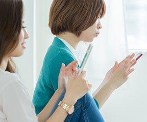スマホを操作する女性2人