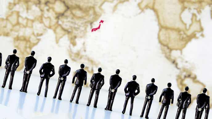 世界の中の日本を見つめるビジネスマンの集団