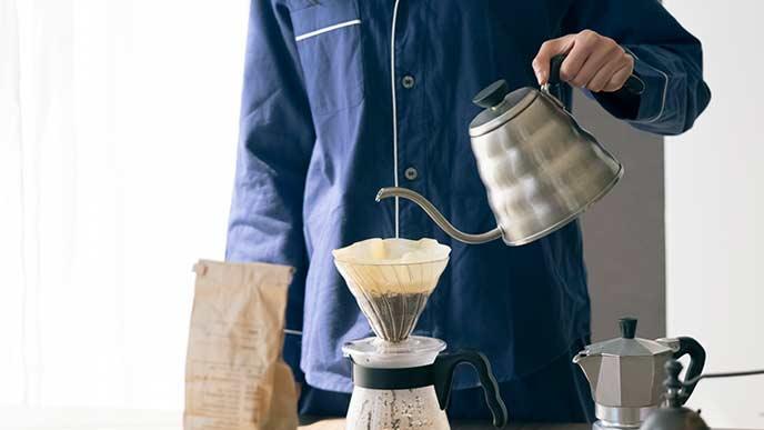 ドリップコーヒーを入れる男性