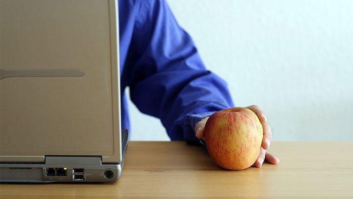 リンゴとノートパソコン