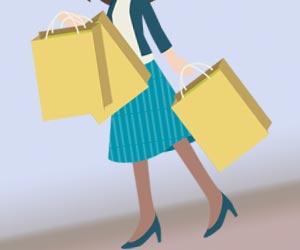 紙袋を数個持ち歩く女性