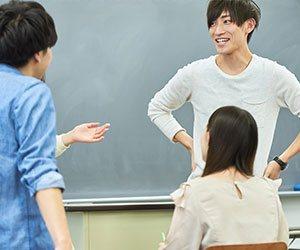 会議を行う学生たち