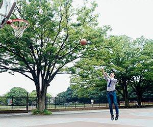 バスケットボールをシュートする男性