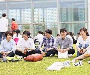 芝生の上に座る学生たち