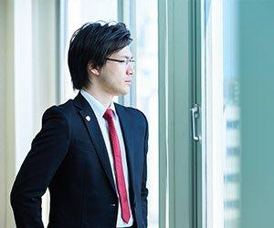 窓の外を見る弁護士