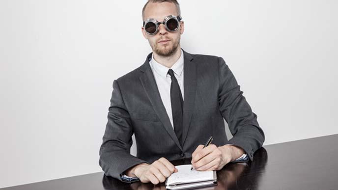 ノートをとる男性