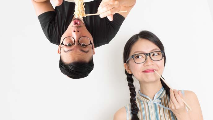 麺を食べる男性と女性