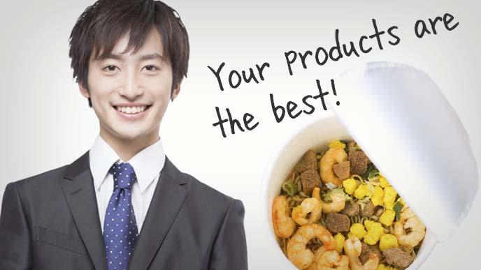 カップ麺とスーツ姿の若い男性