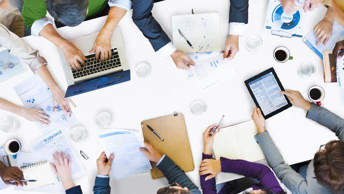 テーブルを囲んでのミーティングを俯瞰した写真