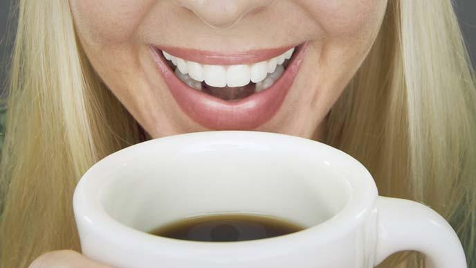 コーヒーを飲む女性のアップ