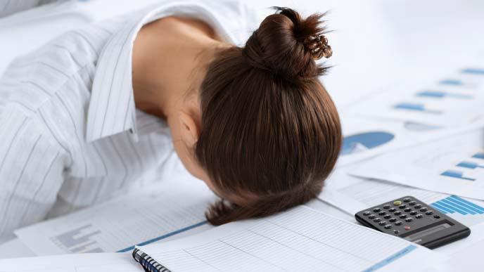 変わった姿勢で仮眠をとる女性