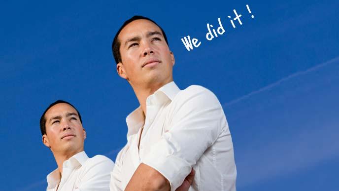 腕組をしながら「やったぜ」と英語で語る双子の男性
