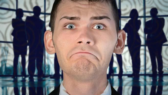 緊張のピークに達しつつある男性の顔