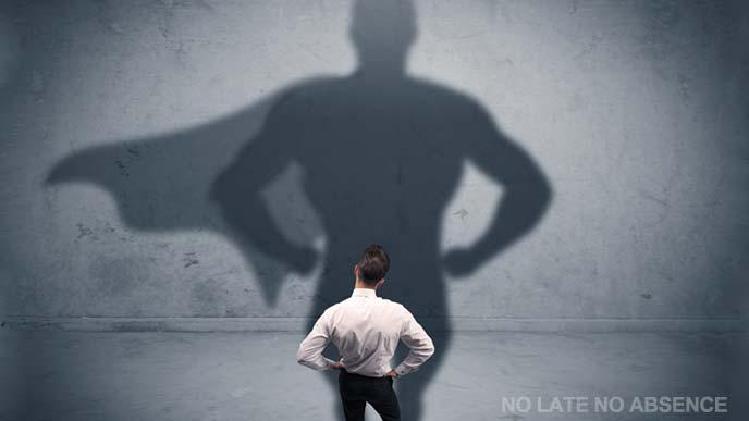 ヒーローの影を映す男性