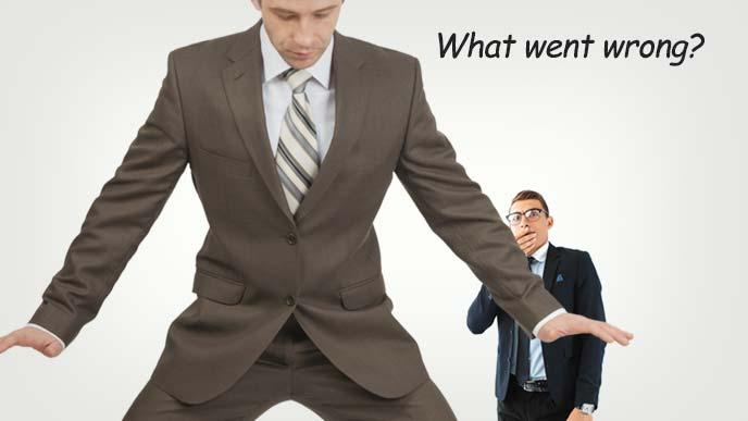 自分の下半身を見て何がまずかったのか考える青年と後ろから見ている青年