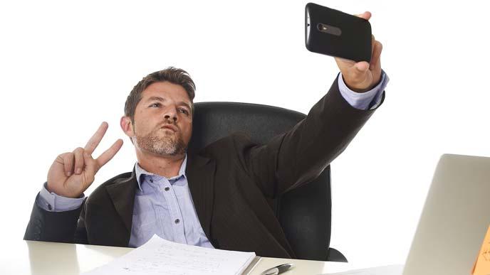 社内SNSに自撮り画像を流す上司