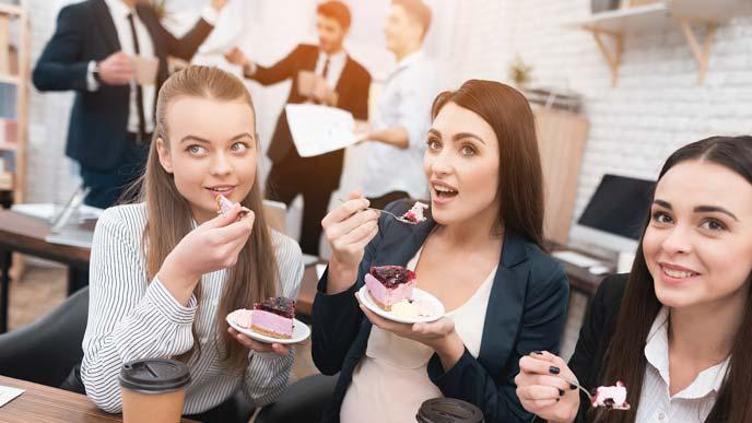 スイーツを食べる女性社員たち
