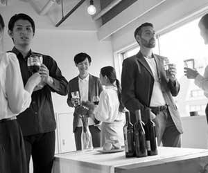 会社の催事でお酒を飲む社員
