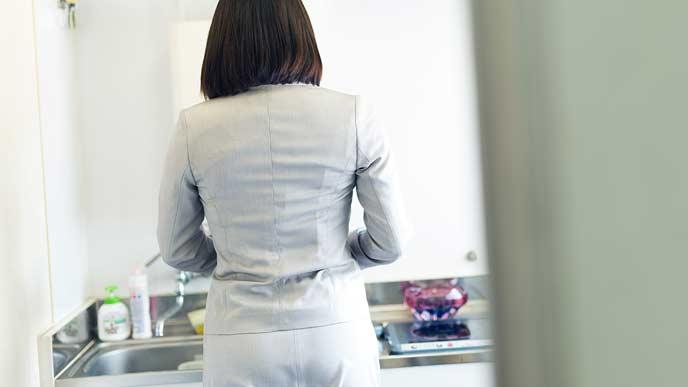 一人で給湯室でお昼の準備をする社員