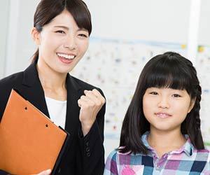 新卒の塾講師がガッツポーズ
