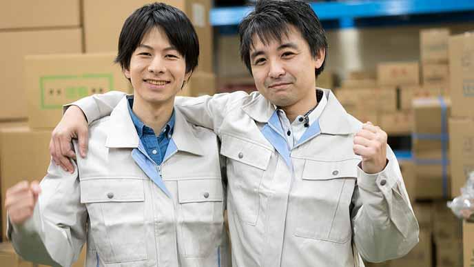 若い授業員と肩を組む年配社員