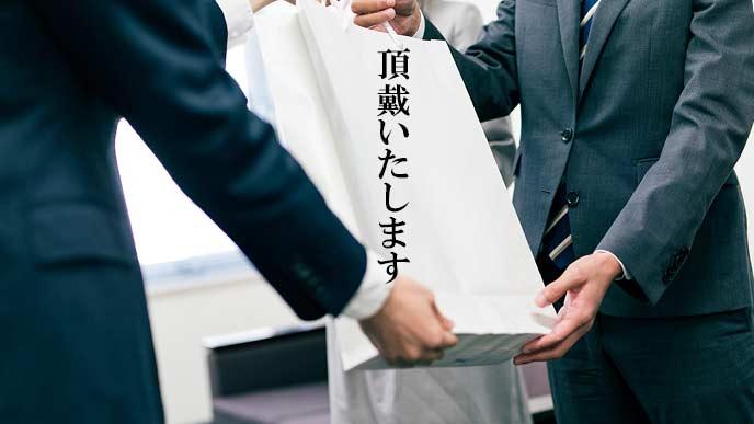 紙袋を受け取る社員の返事