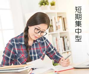 試験勉強する女子学生