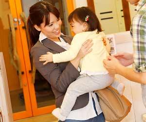 保育園から子供を引き取る母親