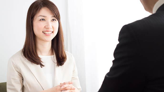 笑顔で面談する女性社員
