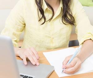 仕事の資料を見直す女性
