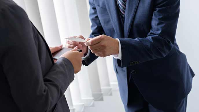 取引先などの関係者へ部署異動の挨拶をする